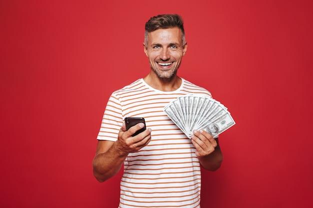 Portret van een glimlachende man die op rood staat