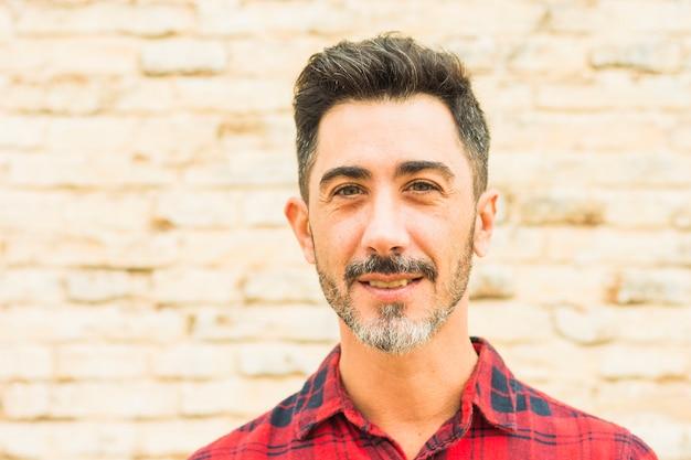 Portret van een glimlachende man kijkt naar de camera