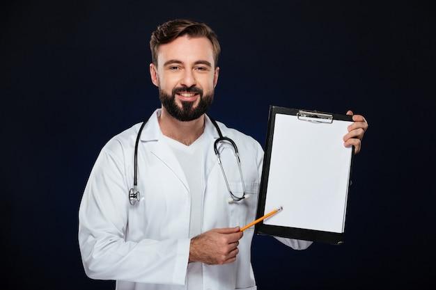 Portret van een glimlachende mannelijke arts gekleed in eenvormig