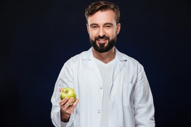 Portret van een glimlachende mannelijke arts