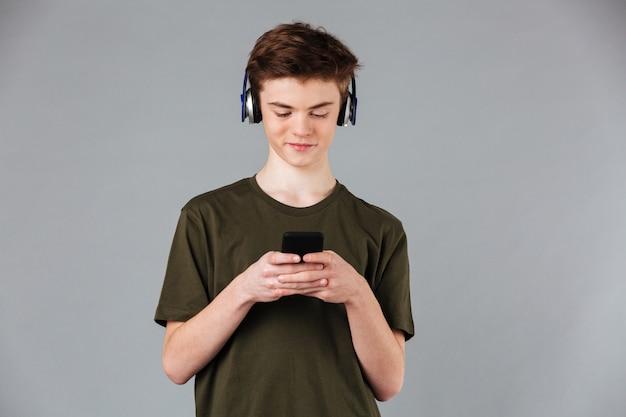 Portret van een glimlachende mannelijke tiener