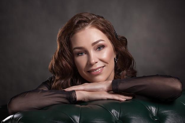 Portret van een glimlachende mooie senior vrouw met donker haar