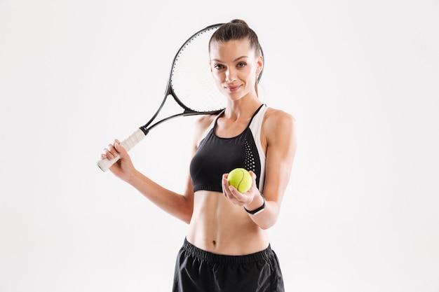 Portret van een glimlachende mooie speler van het vrouwentennis
