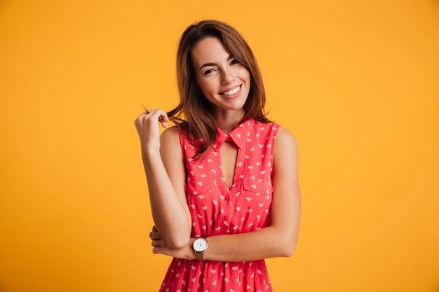 Portret van een glimlachende mooie vrouw die kleding draagt