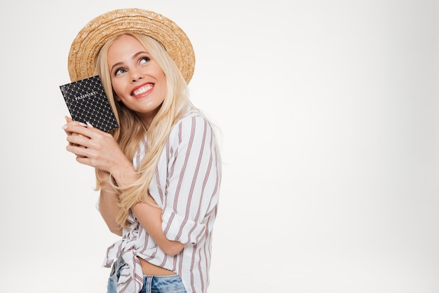 Portret van een glimlachende mooie vrouw in zomer hoed