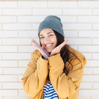 Portret van een glimlachende mooie vrouw