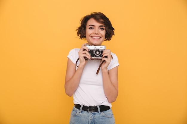 Portret van een glimlachende schattige vrouw retro camera