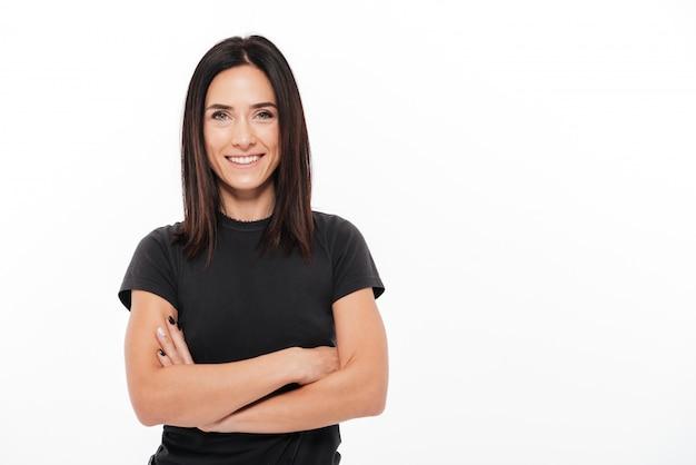 Portret van een glimlachende toevallige vrouw