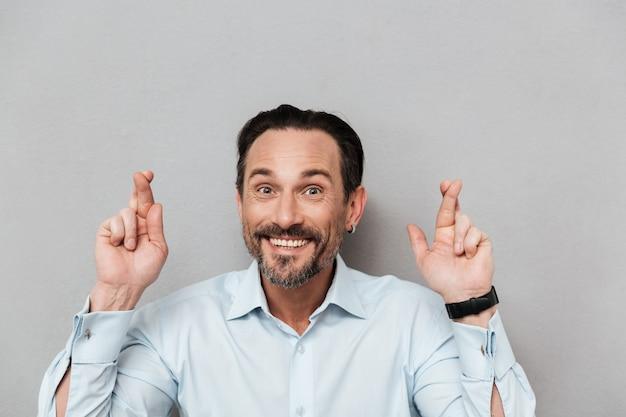 Portret van een glimlachende volwassen man gekleed in shirt