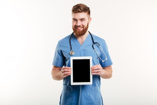 Portret van een glimlachende vriendelijke arts of verpleegkundige