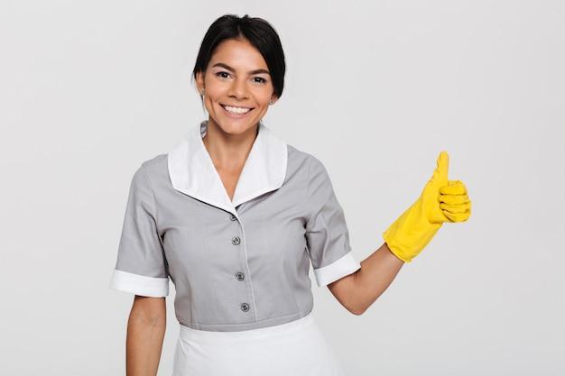 Portret van een glimlachende vrolijke huishoudster