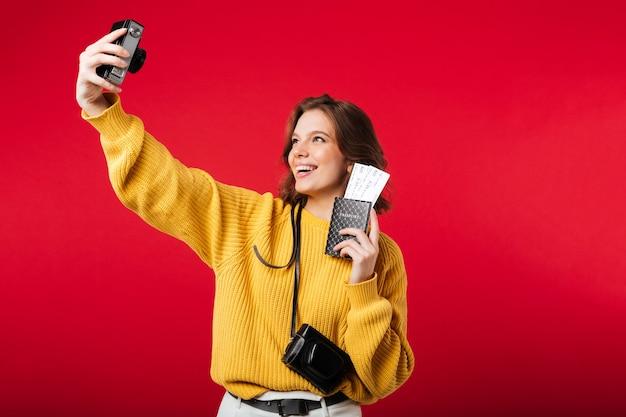 Portret van een glimlachende vrouw die een selfie neemt