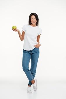 Portret van een glimlachende vrouw die groene appel houdt