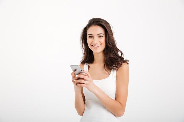 Portret van een glimlachende vrouw gekleed in mouwloos onderhemd