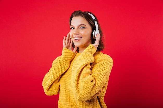 Portret van een glimlachende vrouw in hoofdtelefoons