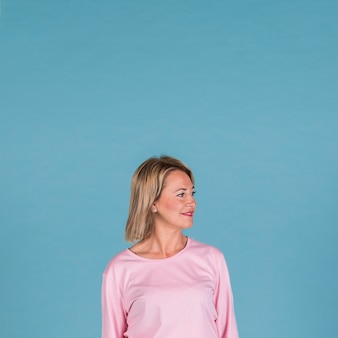 Portret van een glimlachende vrouw op blauwe achtergrond