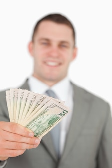 Portret van een glimlachende zakenman die nota's toont