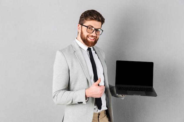 Portret van een glimlachende zakenman gekleed in pak