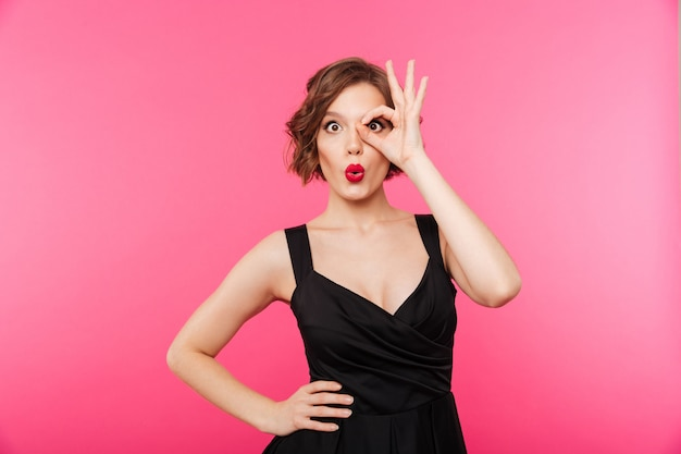 Portret van een grappig meisje, gekleed in zwarte jurk