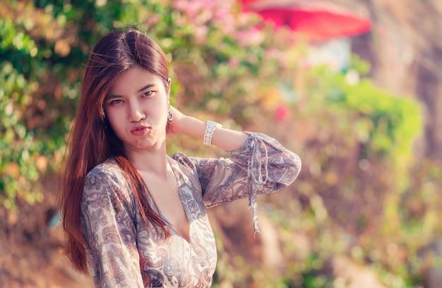 Portret van een grappige aziatische vrouw met helder witte huid voor schoonheid en mode concept in thailand