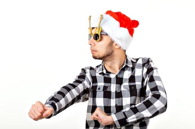 Portret van een grappige jonge man in kerstman hoed en baard. kerstmis.
