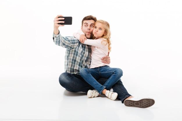Portret van een grappige vader en zijn dochtertje