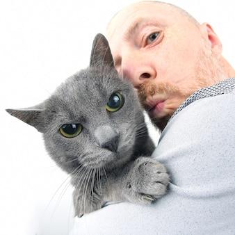 Portret van een grijze kat met een man