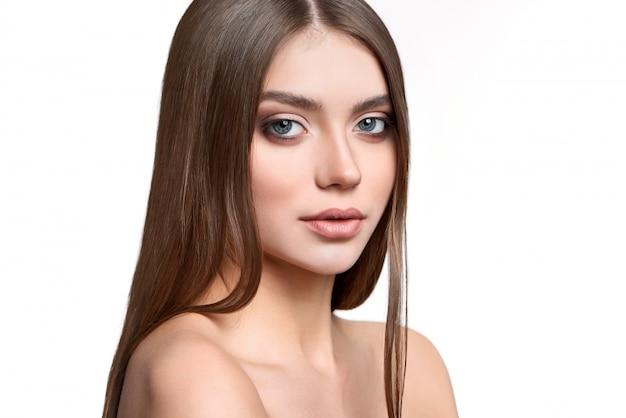 Portret van een groenogig model met make-up op