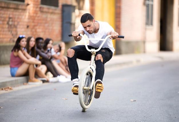Portret van een groep actieve tieners die recreatieve activiteiten maken in een stedelijk gebied.