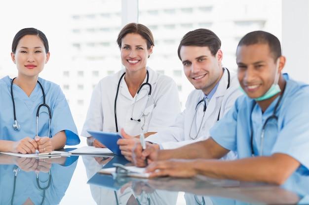 Portret van een groep jonge artsen in een vergadering bij het ziekenhuis
