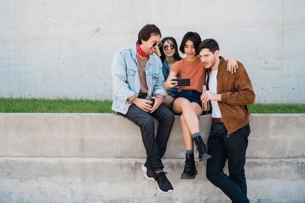 Portret van een groep vrienden die samen plezier hebben en genieten van goede tijd terwijl ze een selfie met mobiele telefoon nemen