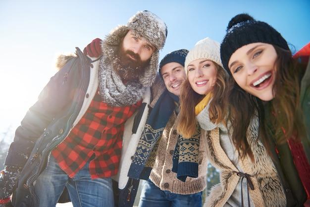 Portret van een groep vrienden in de sneeuw
