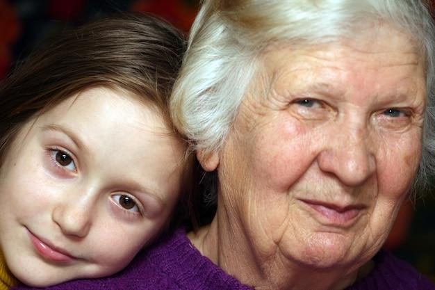 Portret van een grootmoeder en kleindochter, close-up