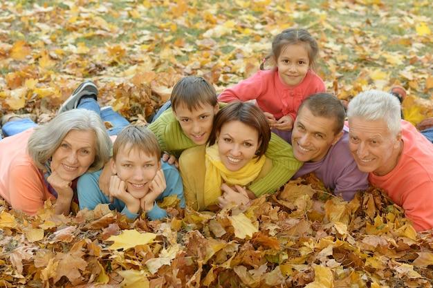 Portret van een grote familie in het herfstpark