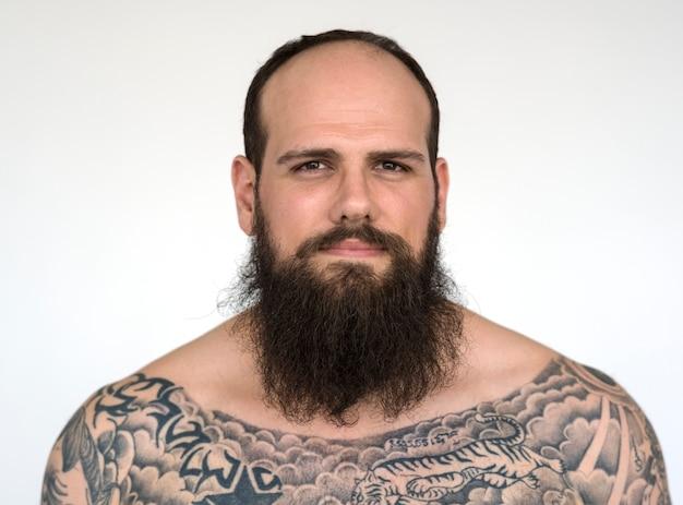 Portret van een grote getatoeëerde bebaarde man