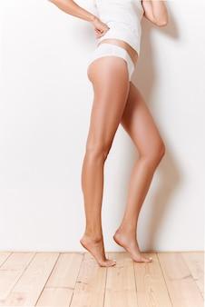 Portret van een helft van fit vrouwelijk lichaam in ondergoed