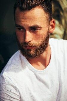 Portret van een hipster-man met de baard close-up