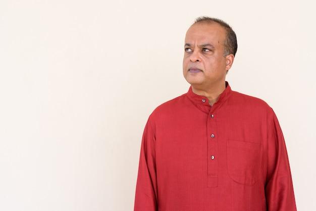 Portret van een indiase man die traditionele kleding draagt