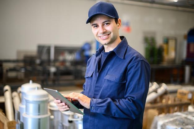 Portret van een ingenieur die een tablet in een faciliteit gebruikt