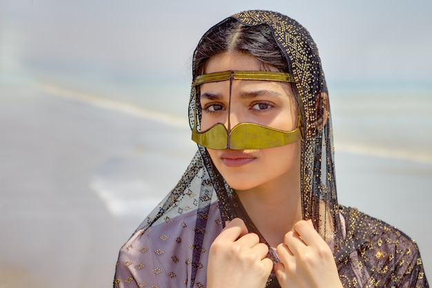 Portret van een iraans meisje in traditionele islamitische kleding van iran.