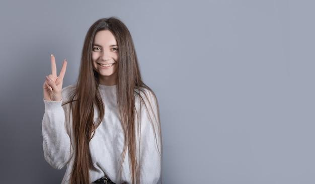 Portret van een jong aantrekkelijk meisje met donker lang haar