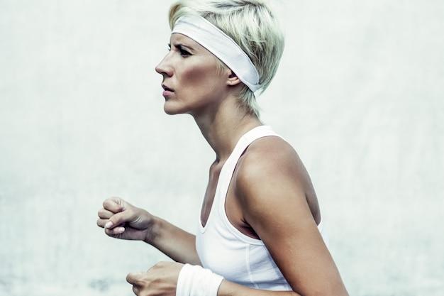 Portret van een jong atletisch meisje dat rent