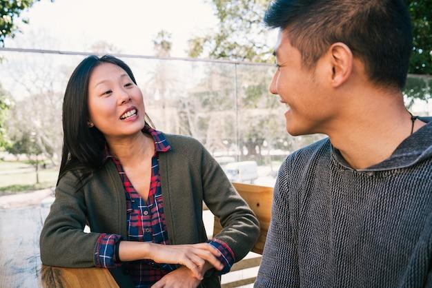 Portret van een jong aziatisch paar dat van een date geniet en goede tijd samen doorbrengt love concept.