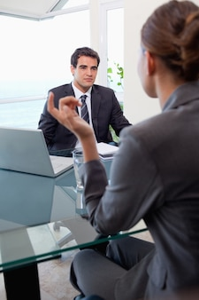 Portret van een jong commercieel team tijdens een vergadering