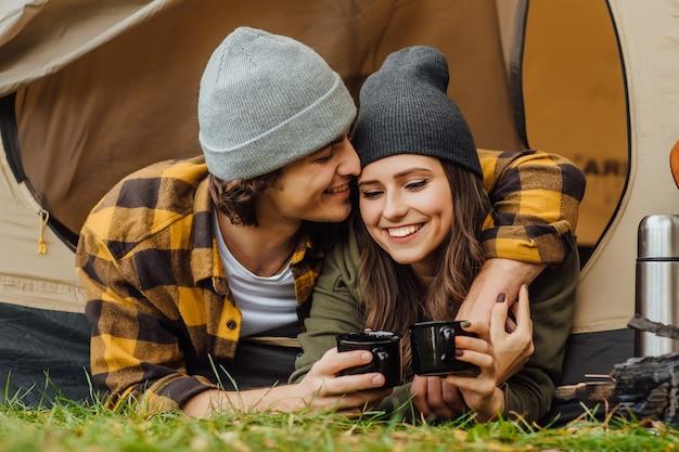 Portret van een jong geliefd stel toeristen heeft een date in het bos