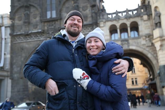 Portret van een jong gelukkig lachend paar in de winter in de stad