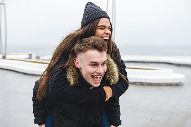 Portret van een jong gelukkig liefdevol paar wandelen op het strand buitenshuis.