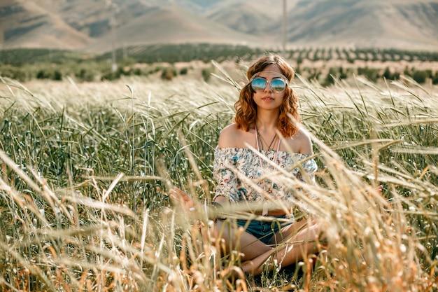 Portret van een jong hippiemeisje op een tarwegebied