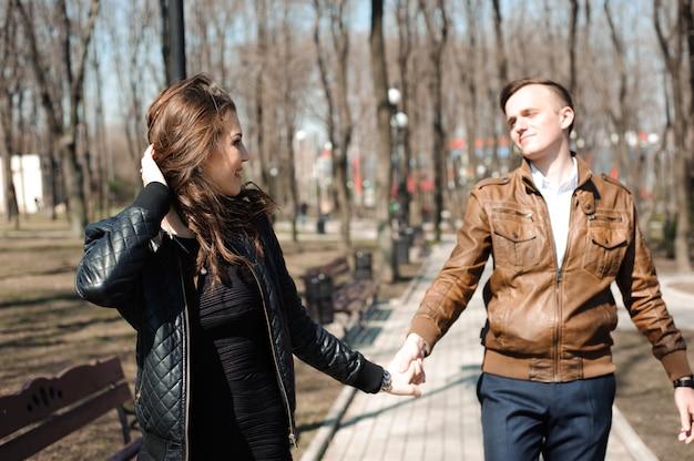 Portret van een jong koppel in liefde in een park.