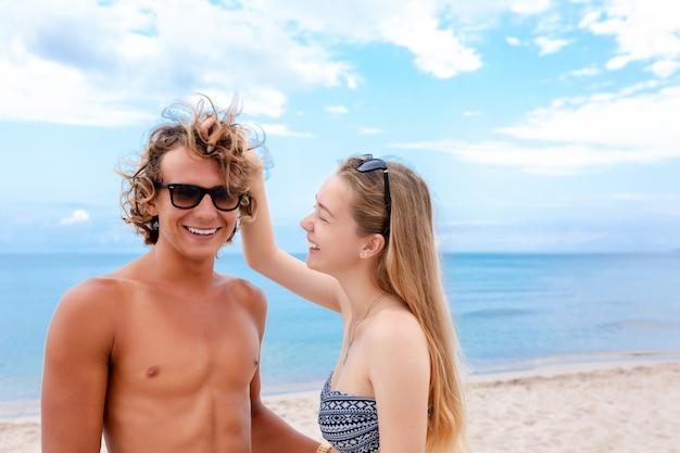 Portret van een jong koppel in liefde op het strand en genieten van tijd samenzijn.